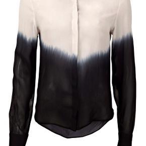 Skjorte / bluse fra Saint Tropez. Er creme farvet øverst og sort nederst. Let transparent i stoffet og almindelig i størrelsen.   Kan sendes eller hentes i Kbh 😊