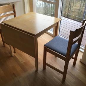 To stole og 1 spisebord med ekstra plade der hænger på siden når den ikke bruges