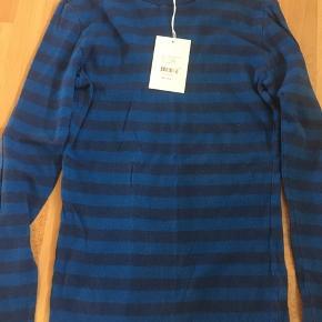 Lækker trøje med striber i mørkeblå/klarblå, meget fin.