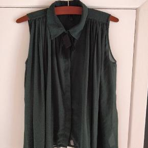 Let transparent og luftig grøn top i størrelse s/m fra Vero Moda.   Køb nu eller kan hentes i Gråsten