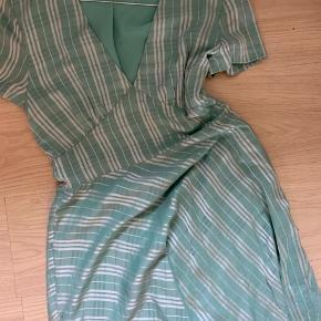 Sælger min 'Cindy Shorts' dress, da jeg ikke bruger den mere.  Købt sidste sommer, brugt få gange og vasket en gang.  Den fejler ingenting. Det er en str. L men passer en M!!!   Kortærmet kjole fra Samsøe & Samsøe V-udskæring foran Markeret talje samt klokkeformet nederdel. Tilhørende underkjole. Nypris 800kr