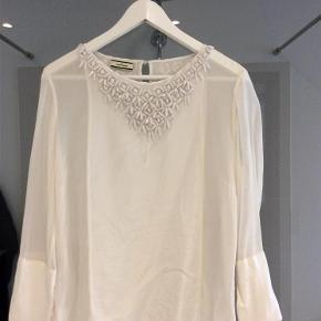 Varetype: Skjorte, bluse Farve: Se billed Oprindelig købspris: 2299 kr.  Smuk, smuk by Malene Birger bluse med smukke sten i halsen sælges, brugt få gange og den er i fin stand.