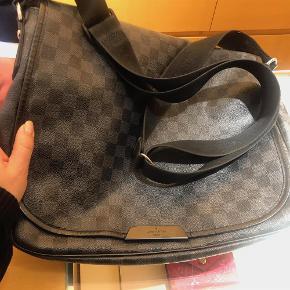Skuldertaske, Louis Vuitton Super lækker messenger fra Louis Vuitton. Model N58029 Daniel MM Damier Graphite canvas. Udvendigt lynlåsrum på bagsiden , stort indvendigt rum og med magnet. Skulderremmen måler 165cm. Mål: 33 x 26 x 6/5  Har ingen kvittering for køb af tasken, men har kvittering for helt ny magnetlås der er sat på hos Luis Vuitton i København dette efterår. Der er derfor ingen mærker eller ridser på låsen.  Taske Farve: Sort/Grå Oprindelig købspris: 12900 kr.