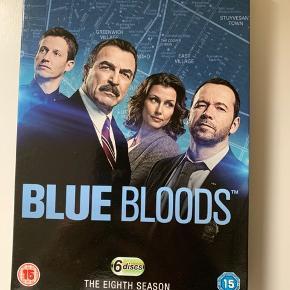 Sæson otte af den supergode serie: Blue Bloods. Kun engelske undertekster. Sender gerne med DAO.  MobilePay er meget velkomment.  Prisen er plus porto.  Bud er velkomne :-)