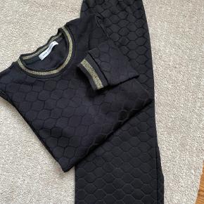 Sæt bestående af nederdel og bluse. OBS Dette er sort (se billede 2) Sælges både som sæt eller hver for sig
