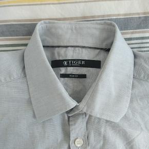 Lysegrå skjorte. Slim fit.