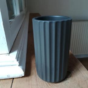Brand: Lyngby by hilfling  Varetype: Vase Størrelse: 9 cm Farve: GRÅ Prisen angivet er inklusiv forsendelse.