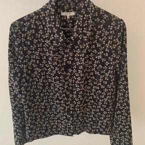 Flot jakke fra Ganni - kan både bruges udendørs (når vejret er til det) eller som en slags Blazer. Kun brugt få gange.