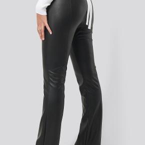 Sælger disse mega fede læder bukser fra NA-KD. Aldrig brugt og stadig med prismærke i🖤