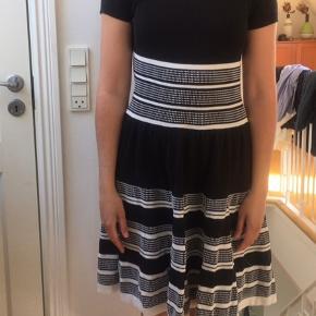 Kate Spade kjole købt i NY. Er en str. S men kan sagtens bruges af både M og XS afhænger af hvor tight den ønskes. Bomuld, brugt en del gange, men da den er super kvalitet fremstår den stadig flot.