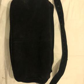 Nunoo alimakka taske. Rigtig fin. Lidt brugt i en lille periode. Den medfølger en lang strop til at have x over sig. Kun lidt slid. Men helt fint:)