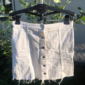 Fin hvid denim agtig nederdel i str 42 fra Gina Tricot Brugt 1 gang Byd gerne