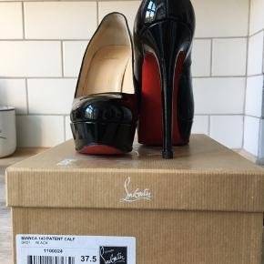 Skoene er brugt 2-3 gange.   Jeg har fået sat røde plastsåler på trædepuderne, inden skoene er taget i brug for at passe på dem.   Original kasse og ekstra hæle medfølger