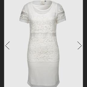 Karen Simonsen - Hvid kjole med blonde. HELT NY! Stadig prismærke på 799 kr.  2 delt - består af hvid underkjole og hvid gennemsigtig kjole udover.  Perfekt til konfirmanten eller studenterfest