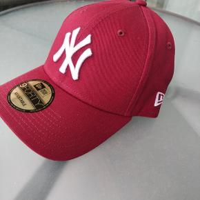 Rigtig flot farve.  Jeg har bare et for lille hoved.   NY Yankees 9Forty  Ajustable  Farve Maroon one size (55-60cm)