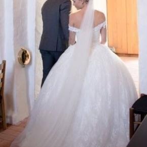 Prinsesse brudekjole med smukke detaljer. Passes af str 34-38, da den bliver snørret på ryggen.
