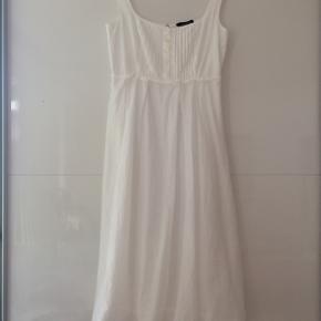 Fineste bomulds kjole i 2 lag/længde ca. 104 cm / brystmål ca. 2 x 42 cm / kan evt bruges som konfirmations kjole