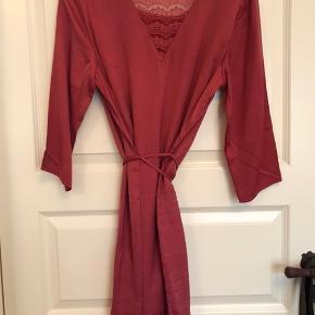 Smuk kjole i glat materiale. Brugt og vasket én gang. Ny pris var 350kr. Haves også i lyserød, denne er helt ny med mærke.  Kan sendes eller hentes og prøves ved Nørrebro St.