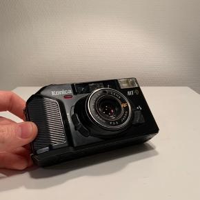 """Sælger dette lækre """"Konica MT-9"""" 35mm film point and shot kamera, udstyret med et 35mm F3.5 objektiv, kommer inkl. original taske. (Har lige fået nye batterier)"""