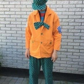 Orange klovnekostume m/k  16-18 -20. S M onesize   i bomuld lavet af prof syerske   Fastelavn temafest kostume klovn clown  Farverig i skøn kulør  Sender gerne   Se flere annoncer