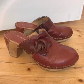 Super lækre sko. brugt en gang. Så bløde at have på i det lækreste skind.