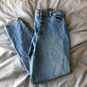 """🌸🌸jeans fra cheap monday str. 30/30🌸🌸 Såkaldte """"mom jeans"""", næsten aldrig brugt. Umiddelbart vil jeg sige de er lidt lille i størrelsen.   Afhentes i Aalborg eller sendes med DAO."""