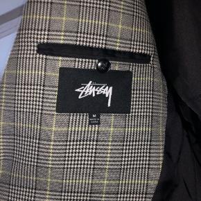 Oversize Stüssy blazer i M. Er brugt få gange! Sælger grundet den er blevet for stor.  OBS! Rejser i en længere periode fra mandag d. 16/12 - kan nå at sende over weekenden.  BYD // bytter ikke