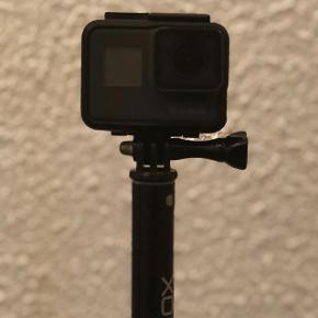 GoPro 5, Hero Black. Medfølger: USB oplader Beskyttelse cover (den rundt om på billedet)  32 GB SSD hukommelses lort Selfie Stick  Holder til Gopro  Kan afhentes i København.