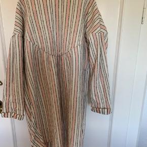 Rigtig fin kjole i skønne farver. Perfekt til denne årstid. Brugt få gange og passer en str 9-10 år.