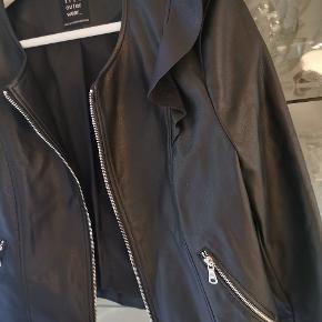 Kun haft på en enkelt gang. Størrelsen hedder Large, men passer en small & medium. Ikke ægte læder 🌺 Sød jakke med fine detaljer og sølv lynlås.