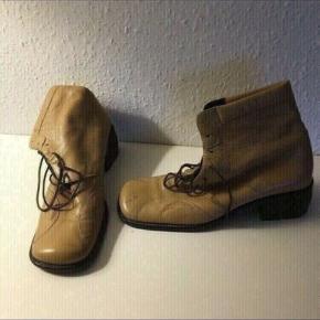 Yderst velholdte billi bi støvler Støvletter Ankelstøvler str 38  Beige / lysebrun. Lys cognac  Sender gerne,   se Andre billi bi sko og støvler i forskellige størrelser vi har til salg