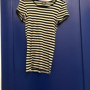 Nørgaard paa Strøget #101 t-shirt med korte ærmer, stibet sort og hvid. Almindelig længde.