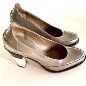 MARNI chunky sko med hæl.   Former sig til foden og er super behagelig at have på - perfekt chunky stilet!  Str. 39 / Vintage / Nogle få brugsspor  Seriøse bud modtages 🌸