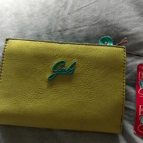 Varetype: smart pung Størrelse: 14x11 Farve: grønne farver Oprindelig købspris: 799 kr.  lækker ny pung-aldrig brugt  bytter ikke