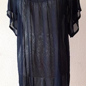 Let, enkel  tunika i mørkeblå farve i stor størrelse 50/52 Er lidt gennemsigtig .,kan bruges med en top eller noget andet   eks. Længde 68 cm Brystmål 132 cm