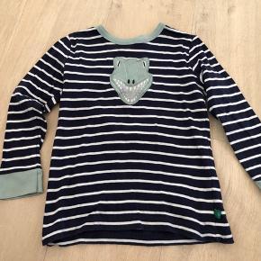 Rigtig fin trøje med dino på maven i økologisk bomuld - god kvalitet.  Fra dyre- og røgfrit hjem. Sender gerne med dao eller post nord. Prisen er plus porto.