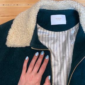 Mørkegrøn bomber jakke i uld fra Aimé Leon Sore (New York). Str. Medium til herre - jeg har brugt som flot oversize jakke til kvinde. Mørkeblå uld kant i bund og på ærmer. Flot og klassisk jakke! Køber betaler forsendelse :)