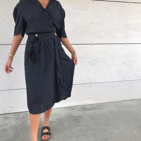 Smuk vintage / retro slå om kjole ❤️❤️ den er i go stand ! Fitter en s