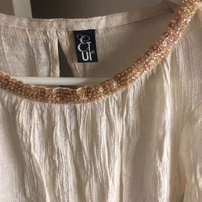 """BYD Stort set ikke brugt. Perle kanter ved hals og ærmer. Den skal trækkes over hovedet. Stoffet er """"rynket"""". Så slipper du for en strygning. Lækker lækker ting som er købt dyrt😎 sælges billigt"""