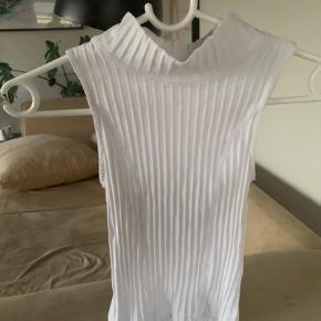 ingen skader på blev bare brugt meget i en periode. ser mega fed ud med en skjorte, sælger da den blev for lille.  np: 120kr? BYD