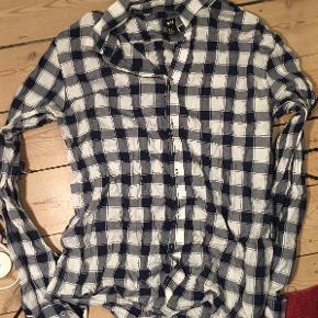Ternet skjorte, hvid/sort, H&M. Størrelse: large. Næsten som ny.