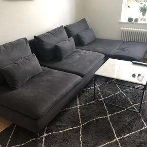 Sælger min smukke IKEA sofa. Det er den populære Söderhamn model i farven Samsta mørkegrå.   Sofaen er købt sidste år, og sælges udelukkede fordi, at min kommende roomie tager sin egen sofa med.   Betrækket kan tages af og vaskes. Derudover har jeg haft en professionel renser til at komme og rense den i marts.   Skal afhentes i Aarhus C hurtigst muligt. Læs mindre