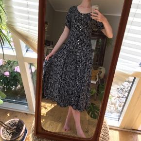 Lang kjole med mønster og slids i begge sider