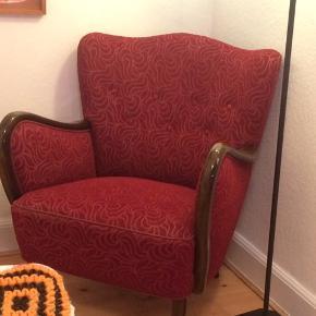 PRIS IKKE FAST - BYD! Vintage lænestol i dyb bordeaux  med fint mønster i polstringen.  God stand, men en smule slitage på armlæn og i sædet (se billeder). Sælges pga pladsmangel.  Kan afhentes på Frederiksberg :-)
