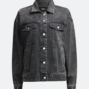 Oversized denim jakke m. lommer. Modellen hedder; Star Black denim jacket