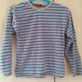 Varetype: bluse Størrelse: 5-6 se mål Farve: grå og blå Oprindelig købspris: 299 kr.   Brystmål ca 2x 34 cm Fra skulder og ned ca 43 cm Indvendig ærme længde ca 32 cm Mp 75+