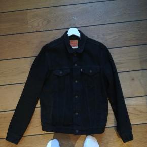 En klassisk denim jakke fra Levi's. Den er brugt to gange og derfor næsten som ny. Nypris er 1000,-Fast pris på 400,- Smid e besked, hvis du er interesseret.