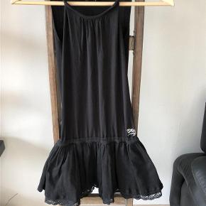 Varetype: Kjole Farve: Sort Oprindelig købspris: 600 kr.  Lækker sort kjole, er gået lidt op i syningerne under armene, det kan selvfølgelig sys, men kan også sagtens bruges som den er da det altså ikke ses, det har vi gjort. Mindstepris 100pp.
