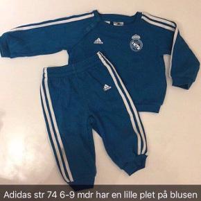 Adidas sæt str 74 med lille plet på blusen