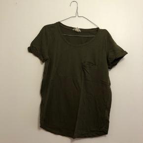 Mørkegrøn t-shirt fra H&M i str. S